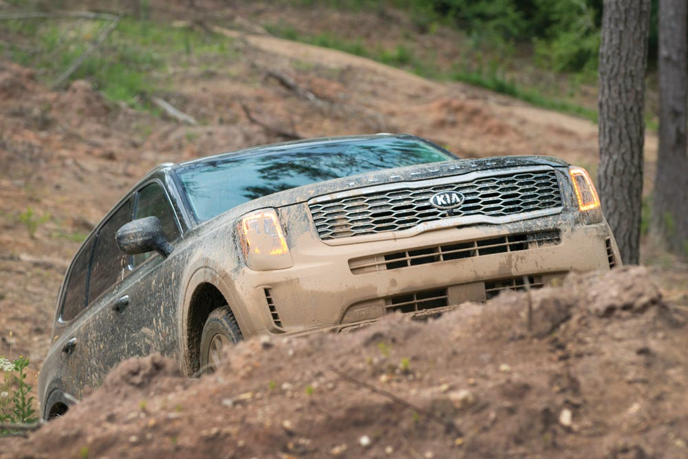 2020 Kia Telluride SX SUV driving uphill AWDs