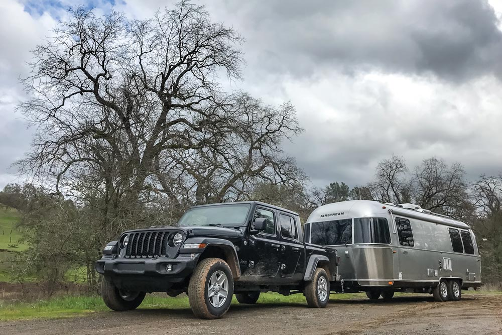 Jeep Gladiator towing a camper trailer